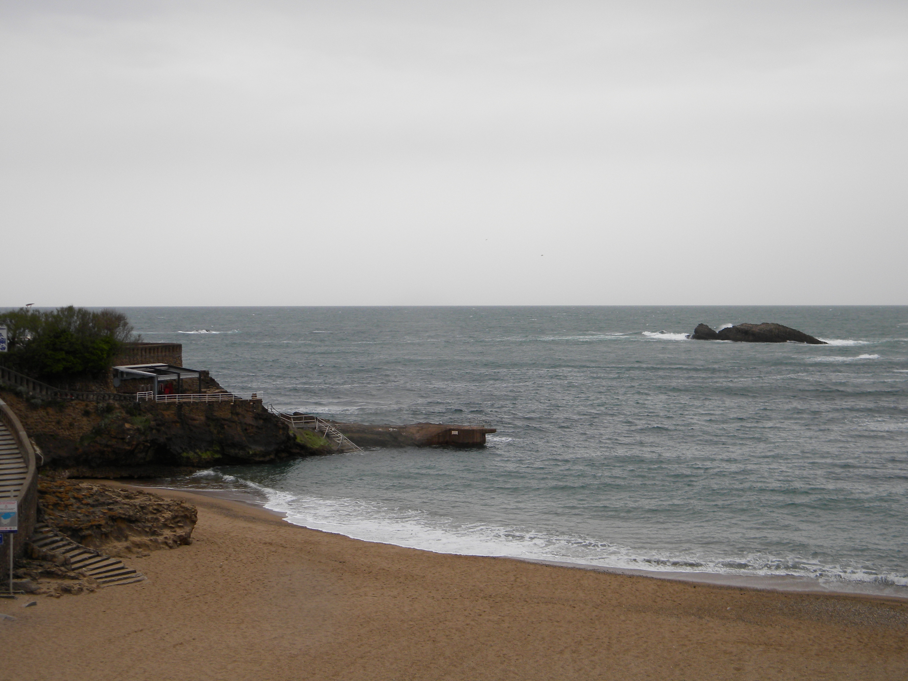 Biarritz le rocher de la vierge et le phare maman est - La plage parisienne port de javel haut ...